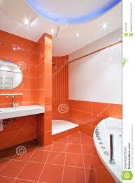 Badezimmer In Den Orange Und Weißen Farben Stockfoto Bild Von