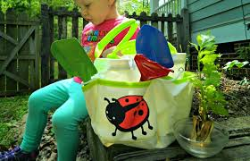 the garden tote and tools is an amazing set i love the sy canvas tote with enough pockets to put all our gardening essentials inside