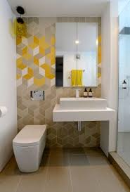 Kleines Badezimmer Braune Gelbe Weisse Geometrische Fliesen Aufsatz