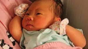 Đêm lạnh, có nên đeo bao tay bao chân cho trẻ sơ sinh khi ngủ?