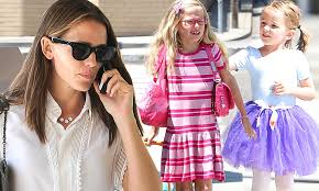 Jennifer Garner juggles her <b>gorgeous</b> girls as she collects ...