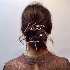 リボンを巻いてねじるだけ冬コーデにもピッタリの簡単キュートなヘア