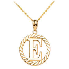 rope circle letter e pendant necklace in 14k gold