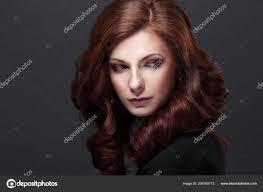 Model Dlouhé Kudrnaté Vlasy Módní Make účes černém Pozadí Stock