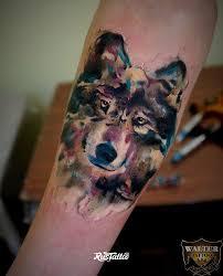 фото татуировки волк в стиле акварель татуировки на руке