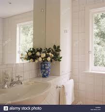 Cremefarbene Blüten Und Grün Lässt In Blaue Weiße Vase Auf