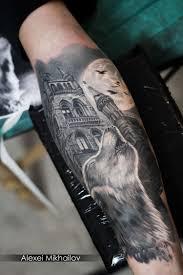 тату реализм волк на предплечье черно серая татуировка Black And