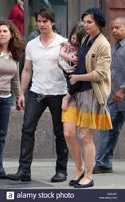 Tom Cruise e Katie Holmes con la loro figlia Suri lasciando il Nike Store  di Boston, MA - 04.10.09 Foto stock - Alamy