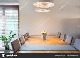 Esstisch Aus Holz Und Lampe Stockfoto Photographeeeu