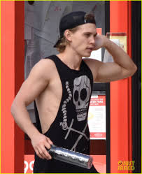 austin butler fle his muscles outside the gym 02