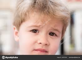 Je To Smutné Malé Dítě S Stylový účes Malé Dítě S Krátkým účesem
