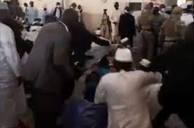 فيديو.. لحظة مهاجمة رئيس مالي المؤقت أثناء صلاة العيد