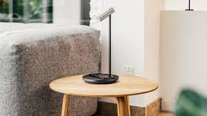 Slimme Lamp Is Draadloze Oplader En Assistent In één Bright