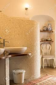 Elegante Geflieste Badezimmer In Naturtönen Mit Design Waschbecken