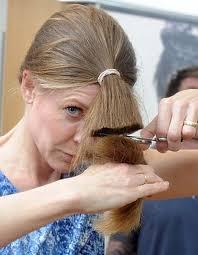 بالصور و الشرح كيف تقومي بقص شعرك بنفسك