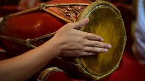 Dipetik pada bagian lubang yang dimainkan dengan jari sebagai senarnya pengatur nada. Mengenal Alat Musik Tradisional Asli Indonesia Tokopedia Blog