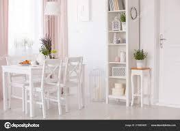 Weiße Stühle Und Tisch Mit Blumen Unter Lampe Esszimmer