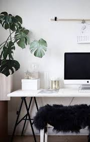 black white home office inspiration. scandinavisch kantoor in zwartwit thema met bureau op schragen en gatenplant black white home office inspiration u