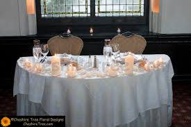 sweetheart table ideas   The bride and groom sat at a sweetheart table  decorated with rose