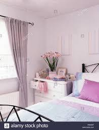 Mauve Vorhänge Am Fenster In Weiß Schlafzimmer Stockfoto Bild