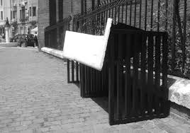 din nou am scos in strada obiecte pe care altfel le gasim in cele mai ascunse spatii ale locuintei