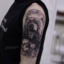 фото мужской татуировки на руке в стиле реализм медведь и лес тату