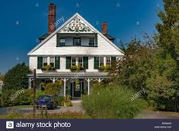 Weiß Holz Haus Mit Grünen Fensterläden Und Einen Balkon In Der