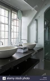 Jalousien Fenster Oben Doppelspüle Waschbecken Am Regal Im