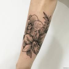орхидеи с веткой дерева тату на предплечье у девушки добавлено