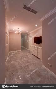 Ein Flur Mit Hellen Wänden Und Einem Marmorboden Kristall