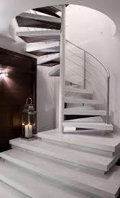 Projeto de interiores que teve como desafio interligar trs pavimentos. A  linguagem moderna e sofisticada