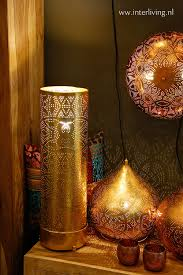Een Grote Oosterse Staande Lamp Goudkoperwitzwart Of Zilver