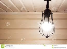 Een Uitstekende Zwarte Lamp Onder Het Plafond In Een Houten