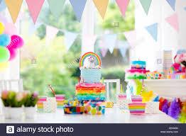 Kids Birthday party decoration et gâteau. Décoration de table ...