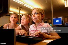 From left to right Lauren Jortberg and Tegan Hammell watch Sarah Bell...  Photo d'actualité - Getty Images