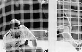 Bir futbolcunun başına gelen en büyük talihsizliklerdendir kendi kalesine gol atmak. Colombia Remembers 1994 Murder Of Soccer Player Andres Escobar Pennlive Com