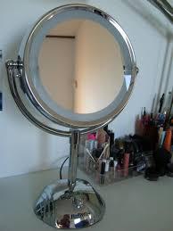 vergrotende spiegel met verlichting 1x en 8x drie verschillende licht niveaus verlichting met twee lampen glossy chromen afwerking