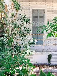 Graue Holzfenster Von Einem Weißen Haus Gebäudefassade Stockfoto Und