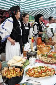 traditional cooking Romania. Hbsche Jungs und Mdels in Rumnischen  Kostmen rum. Essen kellnern und