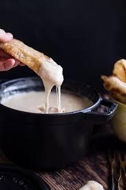 Более лучших идей на тему Швейцарский сыр на  Сырное фондю © halfbakedharvest com Для того чтобы приготовить фондю добавьте нарезанные кубиками сыр гауда и швейцарский сыр в миску и перемешайте с