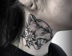 татуировка пумы с цветком на шее девушки фото рисунки эскизы