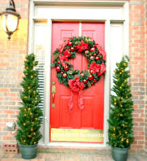 front door decorating ideasFront Doors  A Jumbo Wreath With Jolly Decorations Christmas