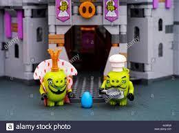 Tambow, Russische Föderation - Juli 20, 2016 Lego die Angry Birds Film. lego  König Schwein, Koch Schwein mit Pan und blue Egg Standing in der Nähe von  King Schweine schloss Stockfotografie - Alamy