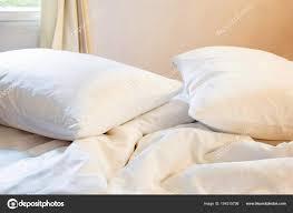 Weißen Kissen Und Decke Mit Falten Unordentlich Auf Bett Im