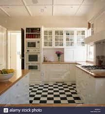 Schwarz + Weiß Schachbrett Bodenbelag In Weißen Traditionellen Küche