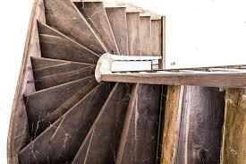 Allerdings müssen die anwendungen im laufe der zeit wiederholt werden, da holz ein naturprodukt ist und ständig arbeitet. Knarrende Treppe Co Reparieren Heimwerker Tipps