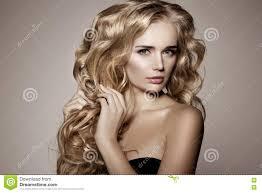 Model Met Blonde Lang Haar Het Kapsel Van Golvenkrullen