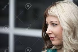 Porträt Einer Schönen Jungen Frau Mit Braunen Und Blonden Haaren