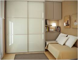 Queen Bed In Small Bedroom Bedroom Small Bedroom Design With Queen Bed Hardwood Floor Idea