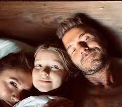 """Screen Mix on Twitter: """"الوسيم ديفد بيكهام مع إبنته وزوجته في صورة جديدة.… """""""